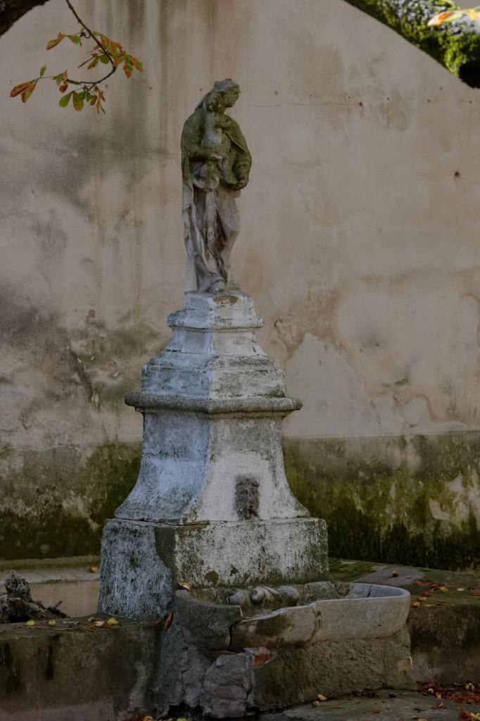 Oratoire Vierge à l'Enfant posée sur une fontaine